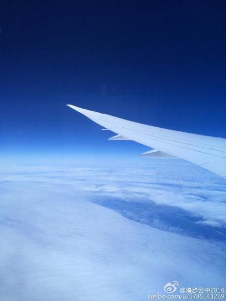 在飞机上看蓝天白云